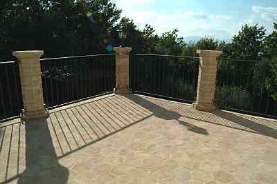 Fotografia di un pavimento per esterno con colonne in - Pavimento in cotto per esterno ...